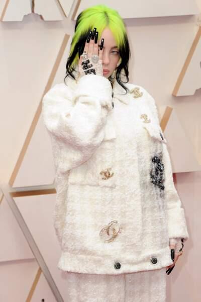 Billie Ellish choisit un total look Chanel, de son ensemble à ses mitaines.