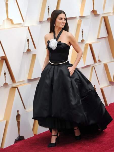 Penelope Cruz mise sur un classique : une robe noire signée Chanel.