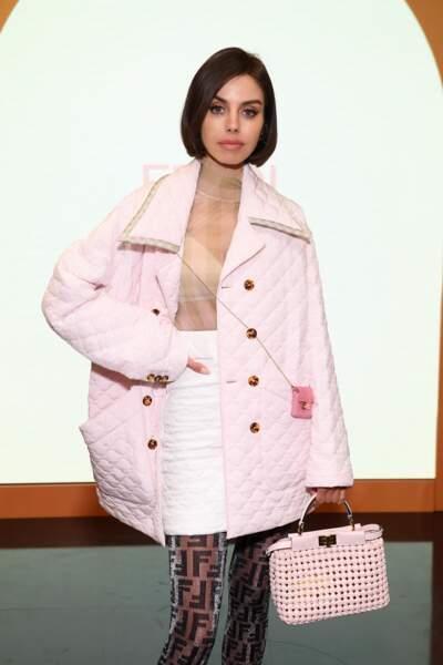 Annabelle Fleur craquante elle aussi, dans un manteau rose bonbon et une jupe blanche matelassée.