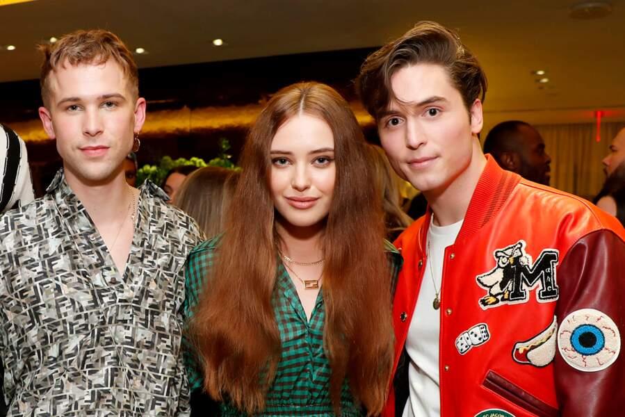 Tommy Dorfman, Katherine Langford et un invité posaient en trio lors du coktail.