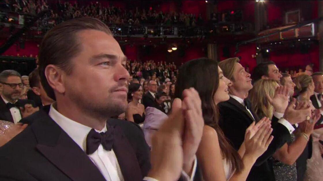 Camila Morrone entre Leonardo DiCaprio et Brad Pitt, lors de la cérémonie des Oscars, à Los Angeles, le 9 février 2020.