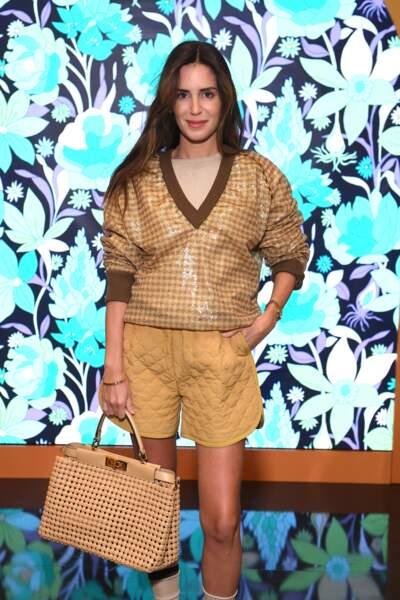 Gala Gonzalez en short matelassé jaune et en blouse cirée vichy, couleur miel.