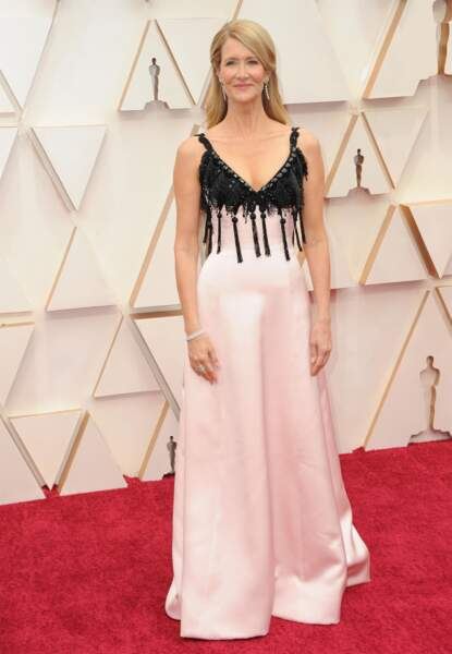 Laura Dern contraste le noir avec un rose subtil sur sa robe Armani Privé.