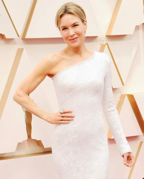 Renée Zelwegger joue l'asymétrie dans une robe one shoulder signée Armani.