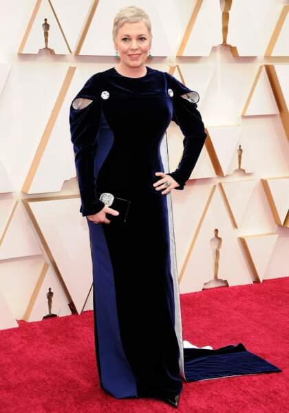 Olivia Colman mise sur la pudeur d'une robe Stella McCartney.