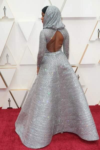 Janelle Monae couvre sa tête mais dévoile son dos dans une robe audacieuse de Ralph Lauren.