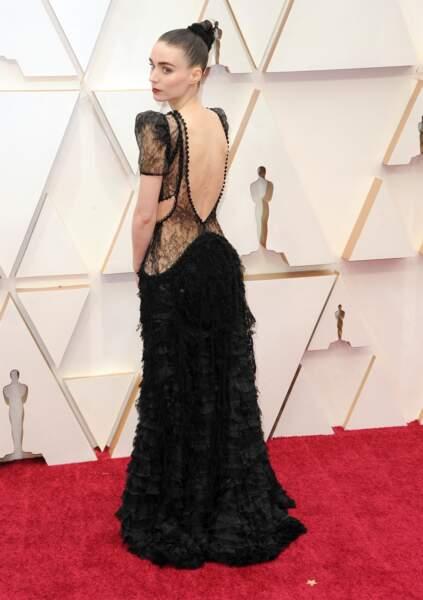 C'est la maison Alexander McQueen qui signe la robe dos nue de l'actrice Rooney Mara.