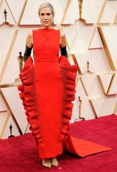 Kristen Wiig exprime son excentricité dans une création Valentino rouge vif.