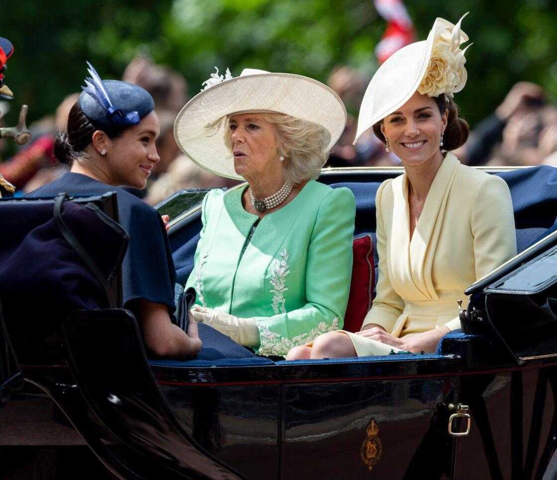 Camilla Parker Bowles et Kate Middleton, assises face à Meghan Markle lors de la parade Trooping The Colour, en juin 2019.