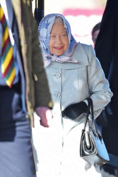 Après avoir appris le divorce des Phillips, la reine Elizabeth II arrive à Londres.