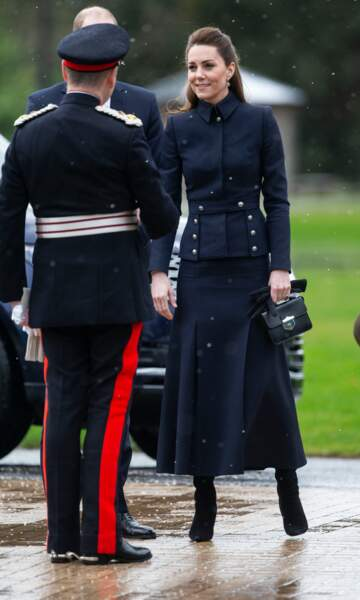 En look d'inspiration militaire, Kate Middleton frappe fort dans son ensemble Alexander McQueen pour son apparition à Loughborough