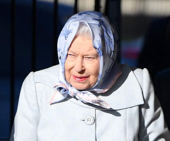 La reine Elizabeth II arrive à Londres, digne et classe.
