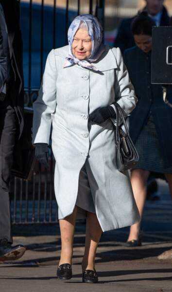 La reine Elizabeth II arrive à la station King's Lynn, à Londres.