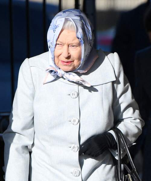 Comme si de rien n'était, la reine Elizabeth II arrive à Londres.