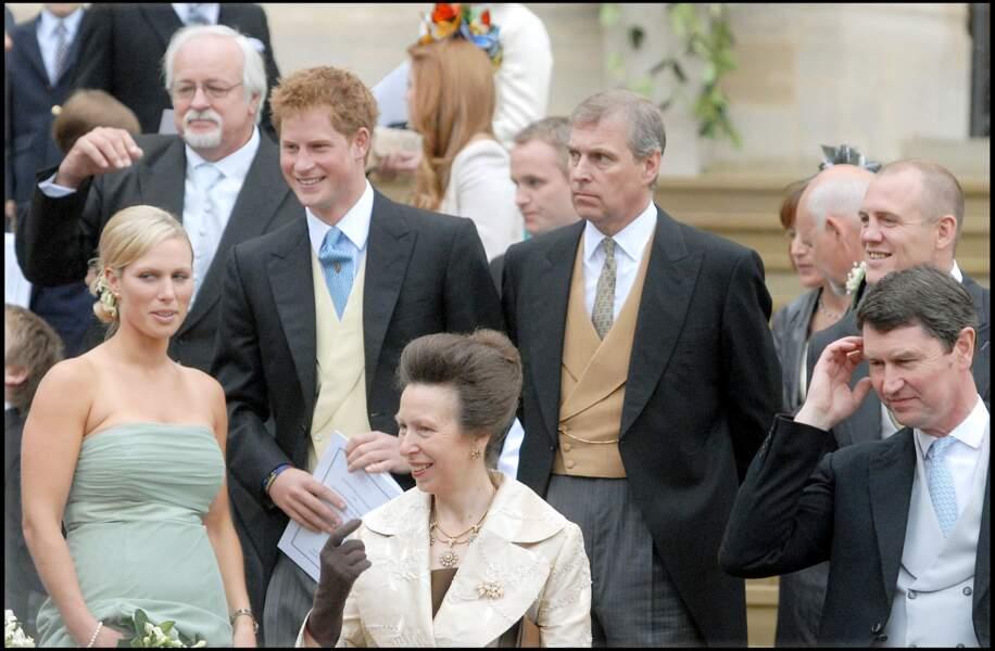 La mère du marié, la princesse Anne, entouré de sa fille Zara, de son neveu Harry et de son frère Andrew.