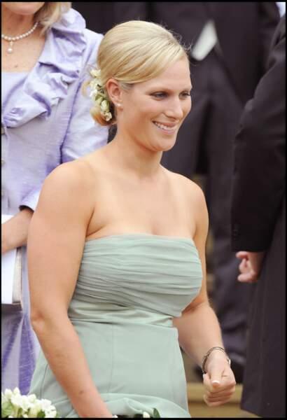 Petite soeur de Peter Phillips et demoiselle d'honneur du couple, Zara, pas encore mariée au rugbyman Mike Tindall, était d'humeur particulièrement festive.