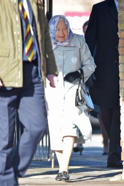 Comme un roc, la reine Elizabeth II arrive à Londres.
