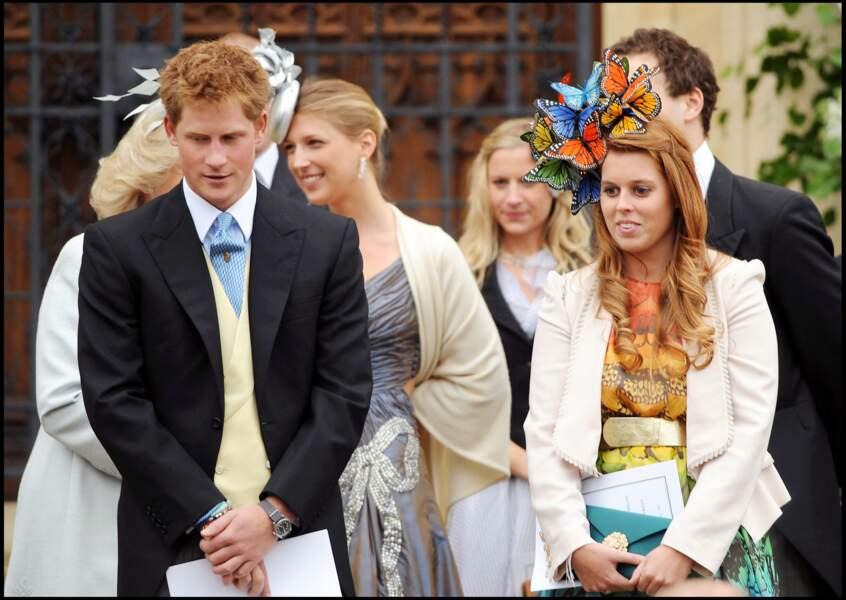 Harry et sa cousine Beatrice d'York, sur le perron de la chapelle St George de Windsor emprunté par le prince et Meghan Markle le 19 mai 2018.