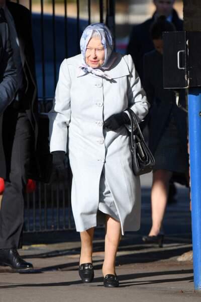 """Même """"contrariée"""", la reine Elizabeth II reste flegmatique en arrivant à Londres."""