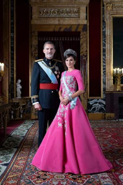 PHOTOS - La reine Letizia sublime aux côtés des princesses Leonor et Sofia sur les nouveaux portraits officiels