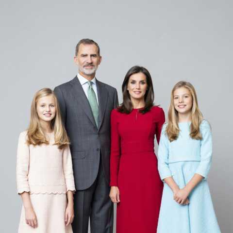 PHOTOS – La reine Letizia sublime aux côtés des princesses Leonor et Sofia sur les nouveaux portraits officiels