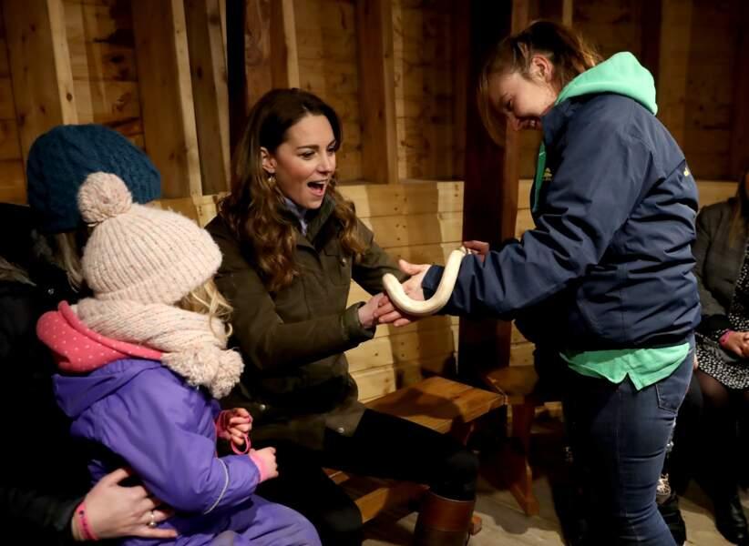 """Prêchant la culture du """"courage"""", Kate Middleton n'a pas hésité à caresser un serpent albinos."""