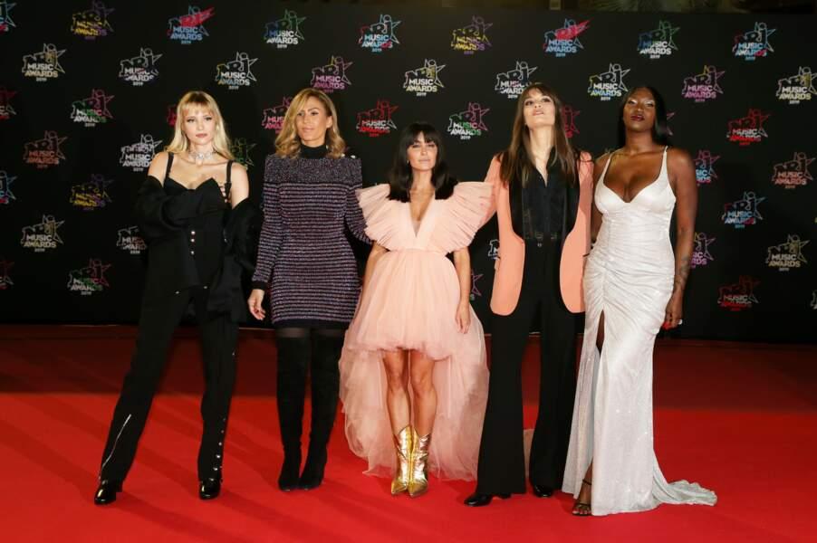 C'est encore en total look Chanel qu'Angèle est apparue aux NRJ Music Awards, en décembre 2019. La chanteuse avait opté pour un combinaison noire, très glamour. Détail remarqué : son chocker brillant.