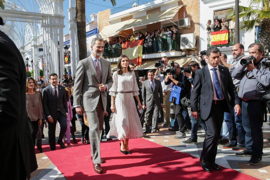 La reine Letizia d'Espagne lors d'une visite de l'église Notre-Dame-de-l'Assomption à Huelva le 14 février 2020. Le look à petits-pois est totalement adopté par les membres du gotha comme Kate Middleton avec sa robe blanche à pois noirs portée en juillet 2017