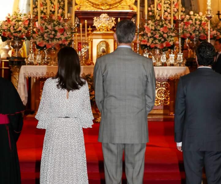 Letizia d'Espagne porte régulièrement des tenues avec une ouverture dans le dos comme pour cette tenue portée lors d'une visite à Huelva le 14 février 2020.