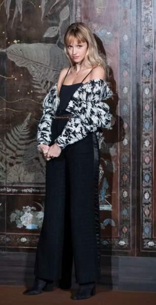 Pour le défilé Chanel Métiers d'Art 2019/2020, organisé lui aussi en décembre dernier, Angèle était une fois de plus vêtue par la maison. Pantalon inspiration vintage noir, débardeur à bretelles fines, veste bicolore portée sur les bras : un sans faute. Vanessa Paradis et Lily Rose Depp, autres égéries de la maison Chanel, n'ont qu'à bien se tenir !