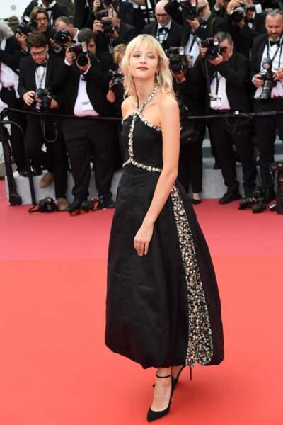 En mai 2019, pour la 72ème édition du Festival de Cannes, Angèle avait opté pour une robe de soirée noire, signée Chanel, accompagnée d'une paire d'escarpins et d'un maquillage glamour. Un look bien loin de ses joggings habituels.