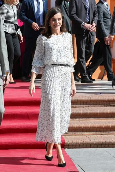 La reine Letizia d'Espagne lors d'une visite de l'église Notre-Dame-de-l'Assomption le 14 février 2020. La reine portait une robe similaire lors d'un voyage à Cuba le 14 novembre 2019. La robe en question vient de la maison Massimo Dutti.