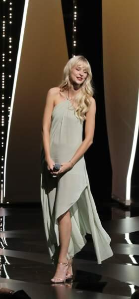 C'est dans une robe légère signée Jacquemus qu'Angèle a pu interpréter Sans Toi, de Michel Legrand, pour l'ouverture du Festival de Cannes 2019. Un choix efficace, pour une tenue élégante et romantique.