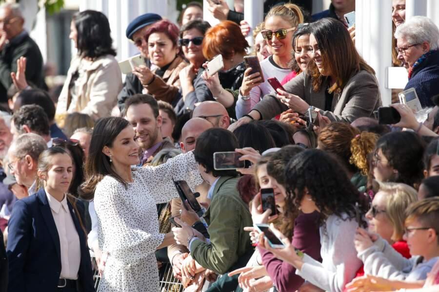 La reine Letizia lors d'une visite de l'église Notre-Dame-de-l'Assomption le 14 février 2020. La reine est adepte du look noir et blanc ces dernières semaines. Le 14 février 2020, la reine est apparue dans une tenue particulièrement fashion, une blouse blanche asymétrique associée avec une jupe en cuir noire