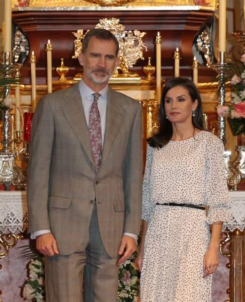 La reine Letizia d'Espagne porte une jolie robe blanche à pois noirs pour la visite de l'église Notre-Dame-de-l'Assomption le 14 février 2020. La robe fluide est ceinturée à la taille ce qui lui donne un look assez moderne