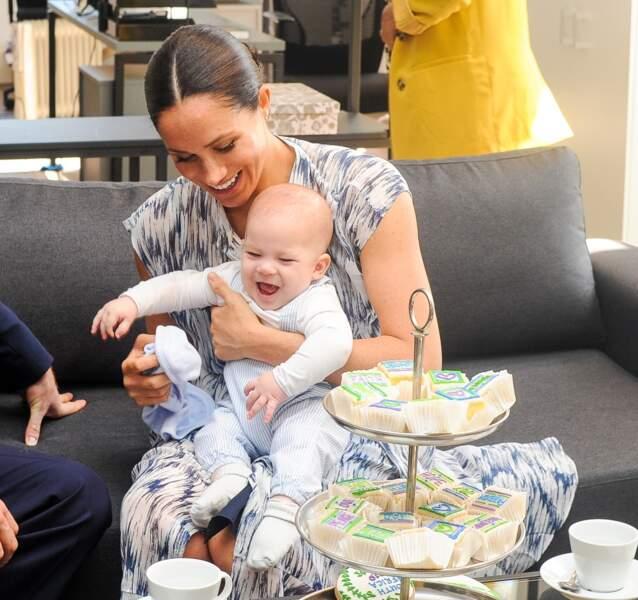 Meghan Markle retrouve son chignon bas lors d'une rencontre avec l'archevêque Desmond Tutu et sa femme ou elle présente son fils, Archie en Afrique du Sud le 25 septembre 2019