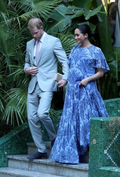 Meghan Markle accompagnée de son mari, le prince Harry, porte un chignon bas et une jolie robe longue alors qu'elle est enceinte lors d'une audience privée à Rabat le 25 février 2019