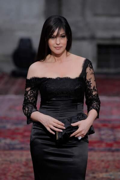 Monica Bellucci, les cheveux lissés avec une petite mèche porte une robe sexy à l'occasion des 20 ans de la marque Dolce & Gabbana en 2010