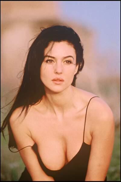 Monica Bellucci, magnifique et sensuelle, les cheveux au vent en 1996