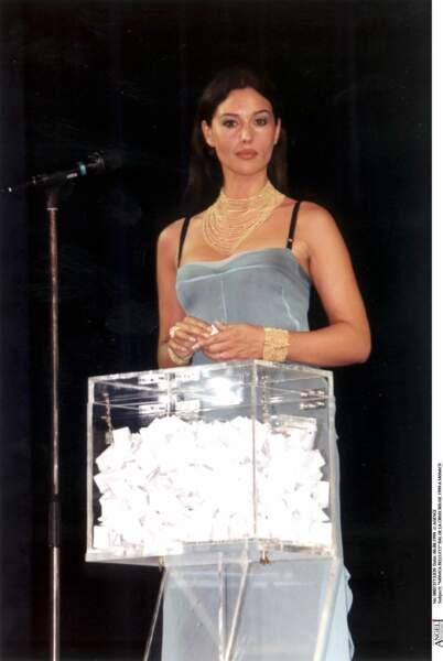 Monica Bellucci, sublime, elle ressemble à une princesse égyptienne pour ce bal de la croix rouge en 1999 à Monaco