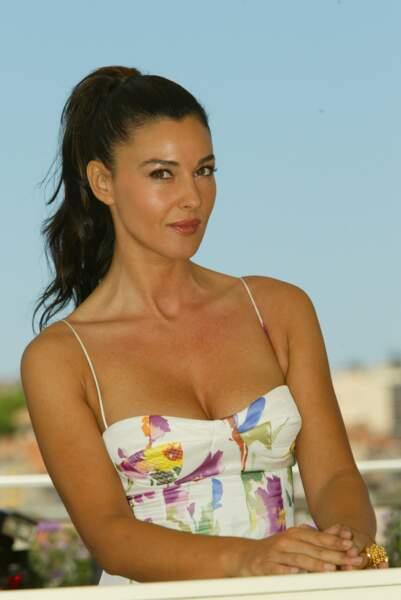 Monica Bellucci, les cheveux attachés en queue haute, est rayonnante pour le 55e Festival de Cannes le 24 mai 2002