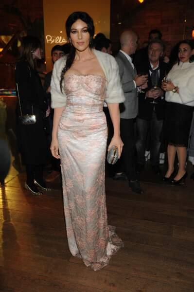 Sublime dans une robe près du corps et une longue tresse lors de la soirée Dolce et Gabbana à Milan en 2012