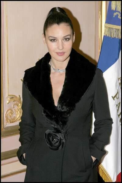 Monica Bellucci, magnifique avec les cheveux plaqués à l'occasion de l'illumination des Champs Élysées à la mairie du 8e arrondissement de Paris en 2004