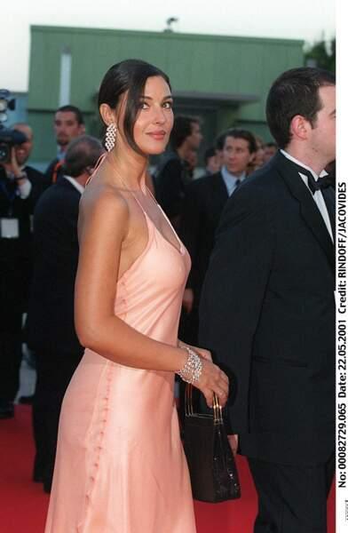 Monica Bellucci en 2001 sublime les cheveux attachés et robe de satin pour la soirée Laureus Awards à Monte-Carlo