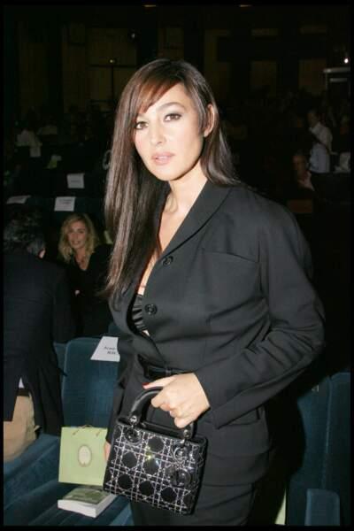 Monica Bellucci arbore une grande mèche et les cheveux châtains pour la première de plusieurs films à l'UGC Normandie de Paris en 2008