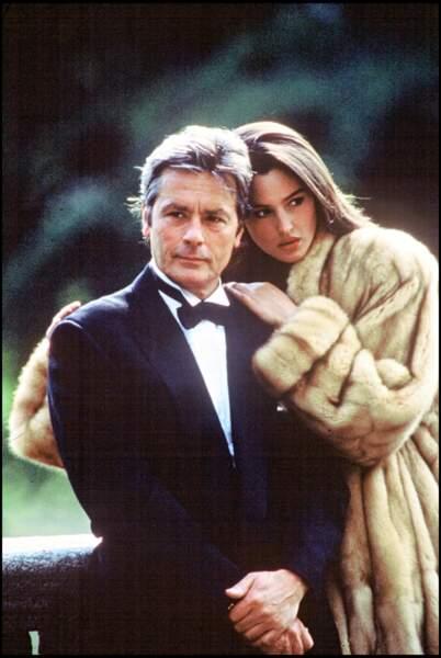 Monica Bellucci, magnifique, pose avec Alain Delon en 1989
