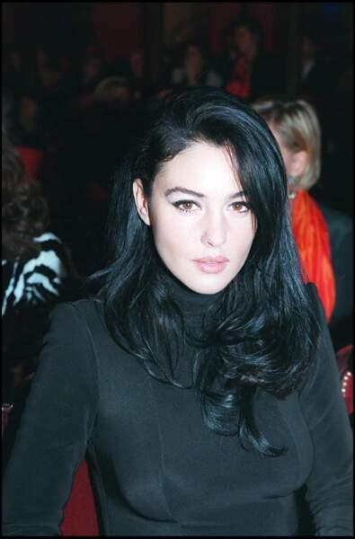 """Monica Bellucci, les cheveux """"brun intenses"""", en femme fatale lors de la vente aux enchères de bijoux au profit de la croix rouge à Paris en 1995"""