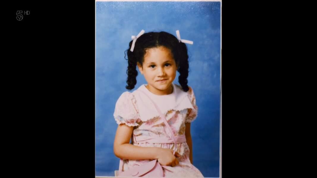 Meghan Markle est née le 4 août 1981. Cette photo d'elle enfant,  adorable avec ses deux couettes et sa robe rose pâle, a été dévoilée le 22 janvier 2020 par son père, Thomas Markle.