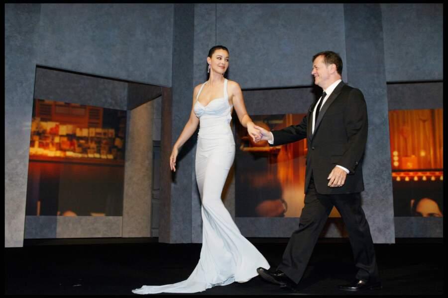 Monica Bellucci au côté de Patrice Chereau est magnifique dans cette robe de la maison Dior portée à l'occasion de la 56e cérémonie du Festival de Cannes en 2003
