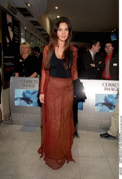 Monica Bellucci en toute simplicité, les cheveux longs et peu apprêtée, lors de la soirée d'ouverture du Festival du Film de Paris en 1993